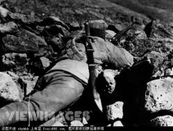 Another soldier of the 29th army, carrying Dao swords on his back.